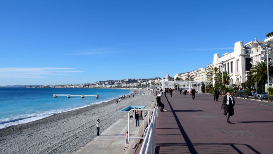 La PROMENADE DES ANGLAIS, a NIZZA (foto di ROBERTO DE BERNARDI). Teatro della strage della notte del 14 luglio 2016. La «Promenade» è uno dei luoghi simbolo di Nizza: UN LUNGOMARE LUNGO IN TUTTO 7 KM che si estende su tutta al lunghezza del GOLFO DI NIZZA, accompagnando le spiagge che si affacciano sul Mar Mediterraneo. Ecco com'era la celebre «passeggiata sul mare» prima della strage che ne ha cambiato per sempre la percezione comune. (da www.corriere.it/ )